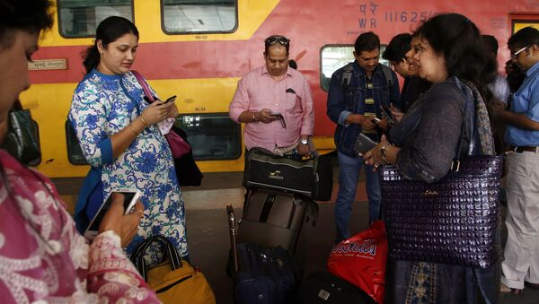 Indian travellers use a free WiFi service to browse the net at Mumbai Central Train Station in Mumbai, India, Friday, Jan. 22, 2016 - Sputnik International