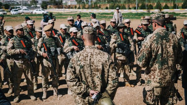 Kurdish Peshmerga soldiers listen to instructions by a German army trainer, at Bnaslawa Military Base in Irbil, northern Iraq, Wednesday, March 9, 2016 - Sputnik International