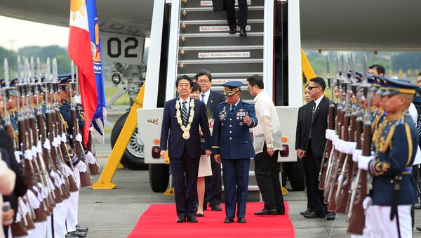 Japanese Prime Minister Shinzo Abe is led the way by a Philippine military official to review honour guards upon arrival for a state visit in metro Manila, Philippines January 12, 2017 - Sputnik International
