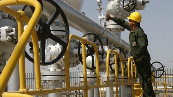 Iranian oil technician checks the oil separator facilities in Azadegan oil field, near Ahvaz, Iran (File) - Sputnik International