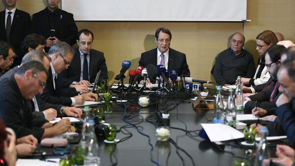 Greek Cypriot President Nicos Anastasiades (C) gives a press conference following UN-sponsored Cyprus peace talks on January 13, 2017 in Geneva - Sputnik International