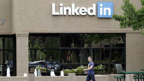 Man walks past the LinkedIn headquarters in Mountain View, Calif. (File) - Sputnik International