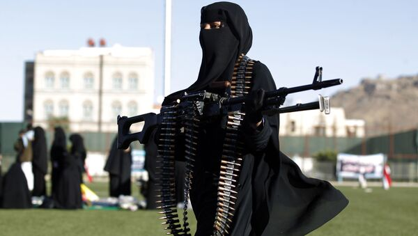 A Yemeni female fighter supporting the Shiite Huthi rebels, and carrying weapons used for ceremonial purposes, takes part in an anti-Saudi rally in the capital Sanaa - Sputnik International