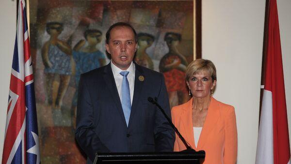 Australian Immigration Minister Peter Dutton (L) - Sputnik International