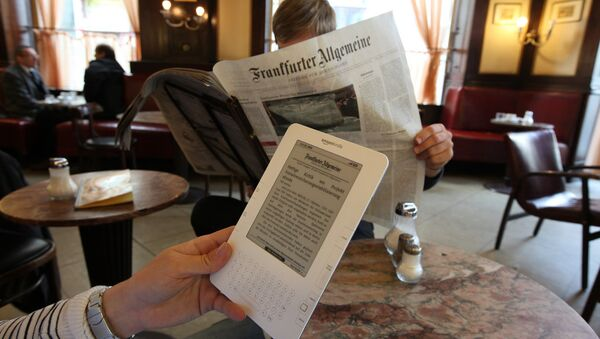 People reading the Frankfurter Allgemeine newspaper - Sputnik International