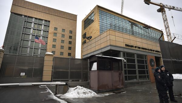 Russian policemen stand guard in front of the US Embassy in Moscow on December 30, 2016 - Sputnik International