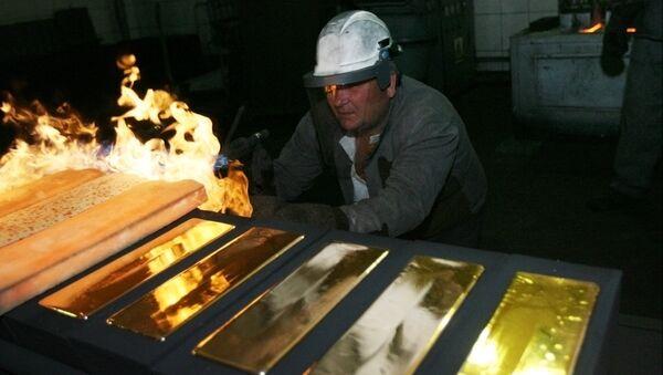 Standard 24 karat gold bars being cast in the foundry of the Novosibirsk gold refinery - Sputnik International