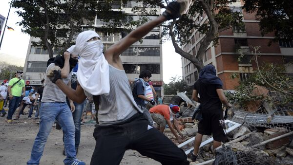 Opposition activists throw stones against National Guard members during a protest in Caracas (File) - Sputnik International