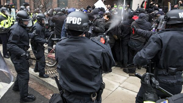 Police officers pepper spray a group of protestors before the inauguration of President-elect Donald Trump January 20, 2017 in Washington, DC. - Sputnik International
