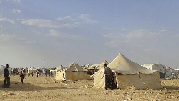 Syrians walk through the Ruqban refugee camp in Jordan's northeast border with Syria (File) - Sputnik International
