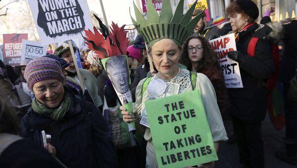 Demonstrators take part in the Women's March on London, following the Inauguration of U.S. President Donald Trump, in London, Saturday Jan. 21, 2016. - Sputnik International