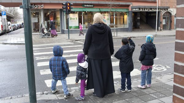 A norwegian muslim family is pictured at a crossroad in Oslo - Sputnik International