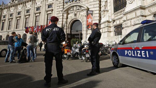 Austrian Special Forces Police officiers guard the Hofburg castle in Vienna - Sputnik International
