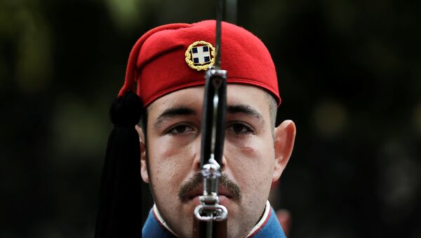 A Greek Presidential Guard presents arms before the arrival of Italian President Sergio Mattarella at the Presidential Palace in Athens, Greece, January 17, 2017. - Sputnik International