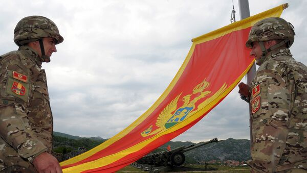 Montenegrin Army soldiers fire artillery look at the Montenegro flag during preparations on the eve of Independence day, on May 20, 2010 in Cetinje - Sputnik International