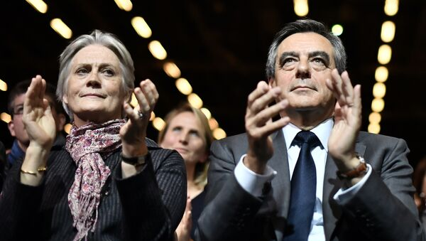 (FILES) This file photo taken on November 25, 2016 shows Francois Fillon (C), candidate for the right-wing primaries ahead of the French 2017 presidential election, and his wife Penelope (L) attending a campaign rally in Paris, ahead of the primary's second round on November 27 - Sputnik International