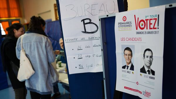 The pictures of candidates Manuel Valls and Benoit Hamon at a polling station in Paris during the second round of Socialist party primaries. - Sputnik International