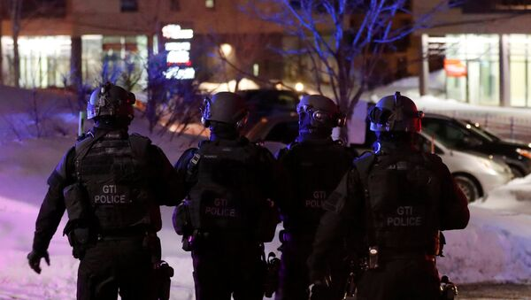 Swat team police officer walk aournd a mosque after a shooting in Quebec City, January 29, 2017 - Sputnik International