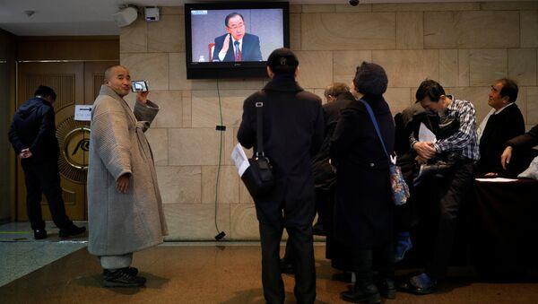 Audience watch a TV broadcasting former U.N. secretary-general Ban Ki-moon at a media roundtable, outside the venue in Seoul, South Korea, January 25, 2017 - Sputnik International