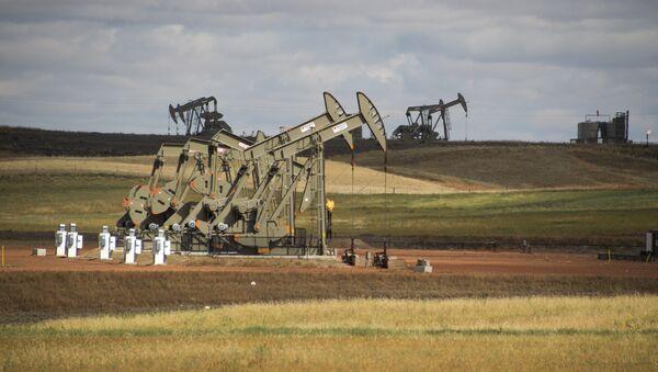Pump jacks are seen on the Bakken Shale Formation, near Williston, North Dakota, on September 6, 2016 - Sputnik International