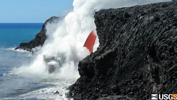 Hawaiian Volcano Spews 'Fire Hose' of Lava - Sputnik International