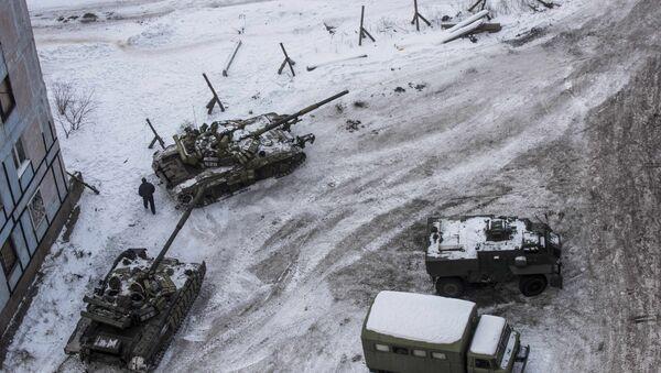 Ukrainian tanks stand in the yard of an apartment block in Avdiivka, eastern Ukraine - Sputnik International