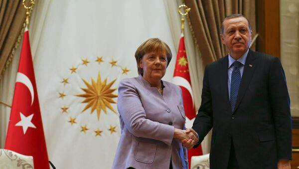 Turkish President Recep Tayyip Erdogan and German Chancellor Angela Merkel exchange a handshake at the presidential palace during the first visit since July's failed coup in Ankara, Turkey, February 2, 2017. - Sputnik International