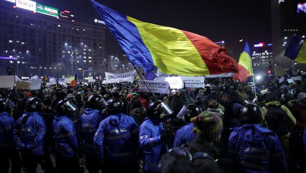 Protesters wave a Romanian flag during a demonstration in Bucharest, Romania, February 1, 2017. - Sputnik International