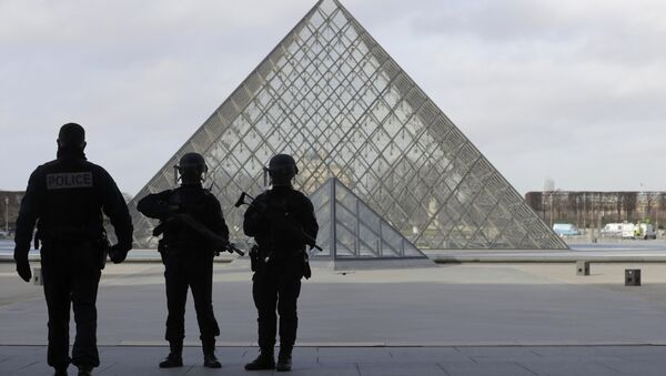 French police secure the site near the Louvre Pyramid in Paris, France, February 3, 2017 after a French soldier shot and wounded a man armed with a knife after he tried to enter the Louvre museum in central Paris carrying a suitcase, police sources said. - Sputnik International