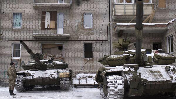 Ukrainian serviceman stands near tanks at an apartment house in Avdiivka, eastern Ukraine, Thursday, Feb. 2, 2017 - Sputnik International