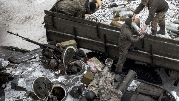 Ukrainian servicemen load ammunition into a tank in Avdiivka, eastern Ukraine, Thursday, Feb. 2, 2017 - Sputnik International
