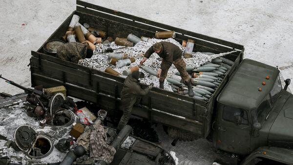 Crew members prepare tanks in the government-held industrial town of Avdiyivka, Ukraine, February 2, 2017 - Sputnik International