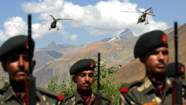 Indian Airforce helicopters fly over soldiers - Sputnik International
