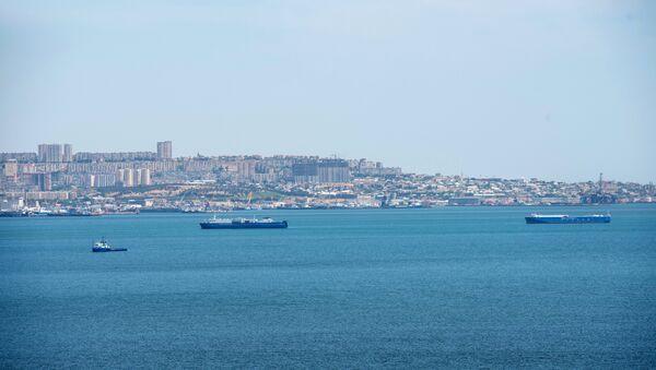 Ships in the Baku Bay of the Caspian Sea against the background of the Azerbaijani capital. - Sputnik International
