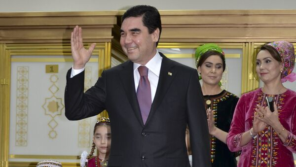 Turkmenistan President Gurbanguly Berdimuhamedov, center, greets journalists after casting his ballot at a polling station in Ashgabat, Turkmenistan, Sunday, Feb. 12, 2017 - Sputnik International