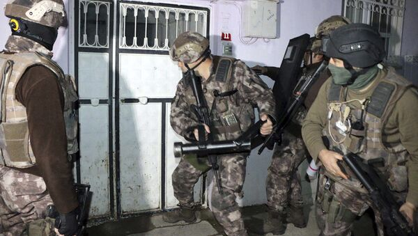 Turkish anti-terrorism police break a door during an operation to arrest people over alleged links to the Islamic State group, in Adiyaman, southeastern Turkey, early Sunday, Feb. 5, 2017 - Sputnik International