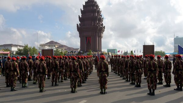 Cambodian soldiers stand in front of Independence Monument (File) - Sputnik International