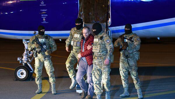 Russian-Israeli blogger Alexander Lapshin, center, who was extradited from Minsk upon Baku's request, at Heydar Aliyev International Airport - Sputnik International