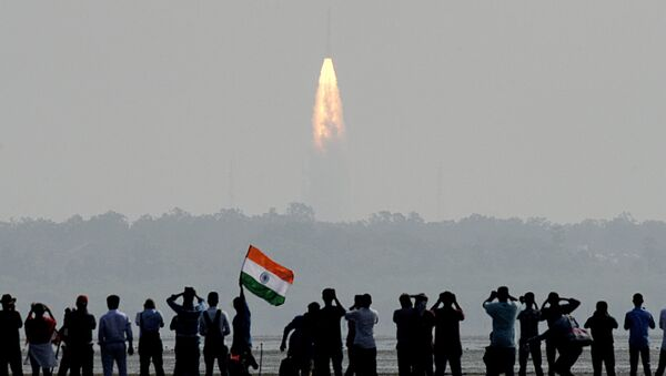 Indian onlookers watch the launch of the Indian Space Research Organisation (ISRO) Polar Satellite Launch Vehicle (PSLV-C37) at Sriharikota on Febuary 15, 2017 - Sputnik International