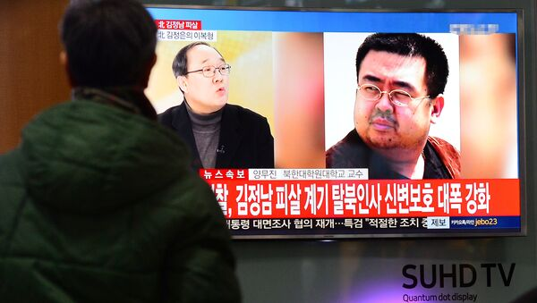 People watch a TV screen broadcasting a news report on the assassination of Kim Jong Nam, the older half brother of the North Korean leader Kim Jong Un, at a railway station in Seoul, South Korea, February 14, 2017 - Sputnik International