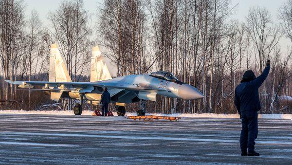 A Su-35S Super-Flanker fighter lands at the Besovets airfield in Karelia - Sputnik International