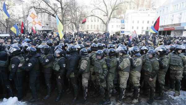Riot police and members of the Ukrainian National Guard block activists and supporters of nationalist parties during a rally against trade with Ukraine's rebel-held east areas in Donetsk and Luhansk regions, in Kiev, Ukraine - Sputnik International