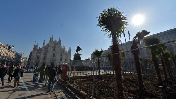 People walk past newly planted palm trees in an area near Italy's landmark, the Milan Cathedral, at the Piazza del Duomo in Milan on February 16, 2017 - Sputnik International