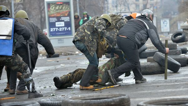 Anti-government protestors evacuate a comrade wouned by a sniper during clashes with the police in the center of Kiev on February 20, 2014 - Sputnik International