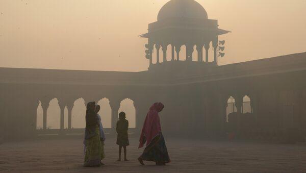 This file photo taken on November 3, 2016 shows Indian women walking as smog envelops the Jama Masjid mosque in the old quarters of New Delhi - Sputnik International