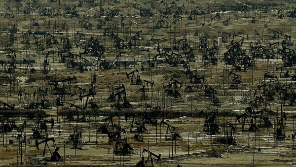 An oil field with a large number of pumping jacks operating in the Central Valley of California is seen on June 24, 2015 - Sputnik International
