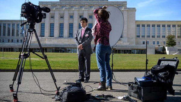 A TV journalist speaks on the eve of resumption of peace talks on Syria, on February 22, 2017 at the United Nations offices in Geneva - Sputnik International