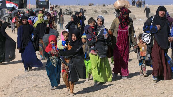 Displaced Iraqis flee their homes during a battle with Islamic State militants in the district of Maamoun in western Mosul, Iraq February 23, 2017 - Sputnik International
