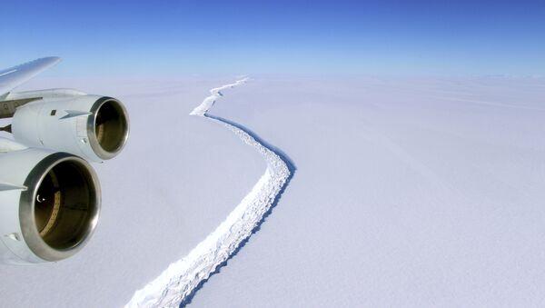 This Nov. 10, 2016 aerial photo released by NASA, shows a rift in the Antarctic Peninsula's Larsen C ice shelf. - Sputnik International