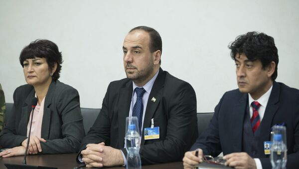 Syria's opposition delegation head Nasr al-Hariri, center, attends the Syria peace talks with U.N. Special Envoy for Syria Staffan de Mistura at the Palais des Nations in Geneva, Switzerland - Sputnik International